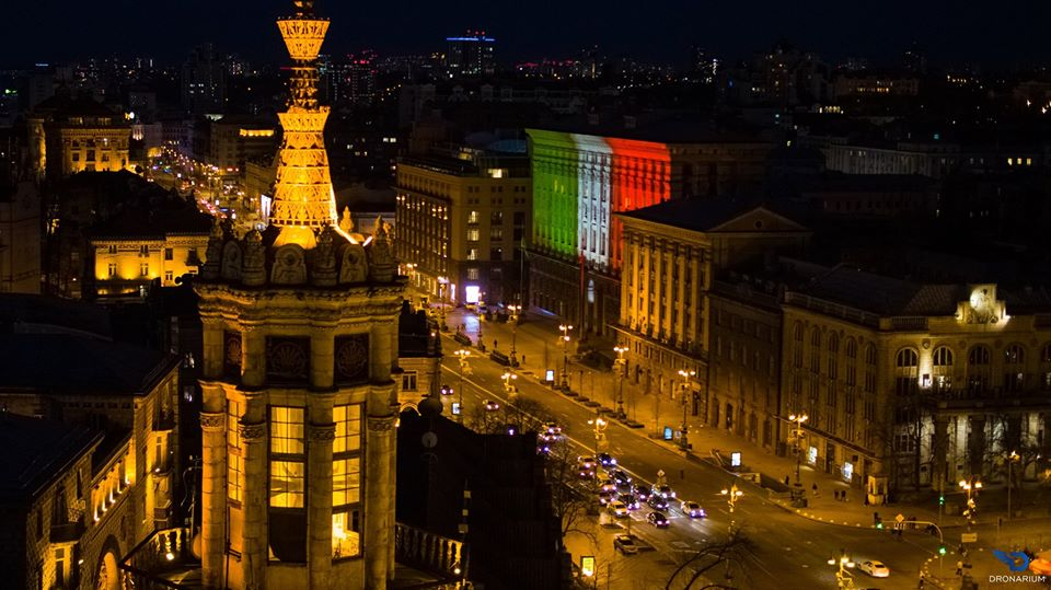 На знак солідарності: будівлю київської мерії підсвітили кольорами італійського прапору - коронавірус, Київ - 22 kyev2
