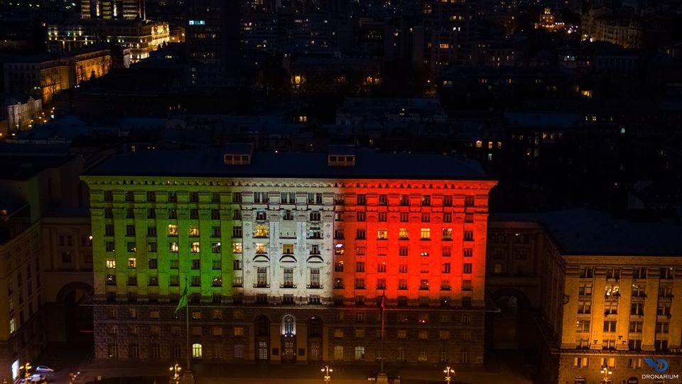 На знак солідарності: будівлю київської мерії підсвітили кольорами італійського прапору - коронавірус, Київ - 22 kyev3