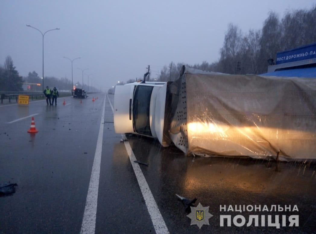 На Київщині в автомобіль, що зупинили поліцейські, врізалася маршрутка: постраждало семеро людей - ДТП - 22 kyevshhyna