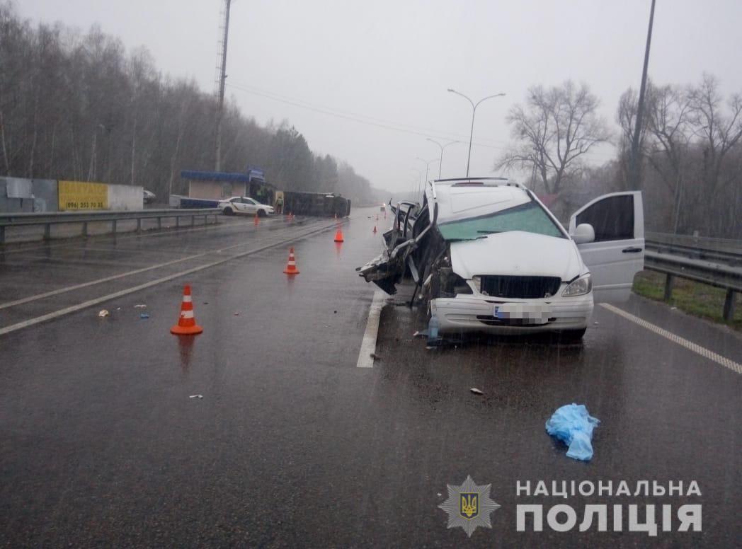 На Київщині в автомобіль, що зупинили поліцейські, врізалася маршрутка: постраждало семеро людей - ДТП - 22 kyevshhyna2