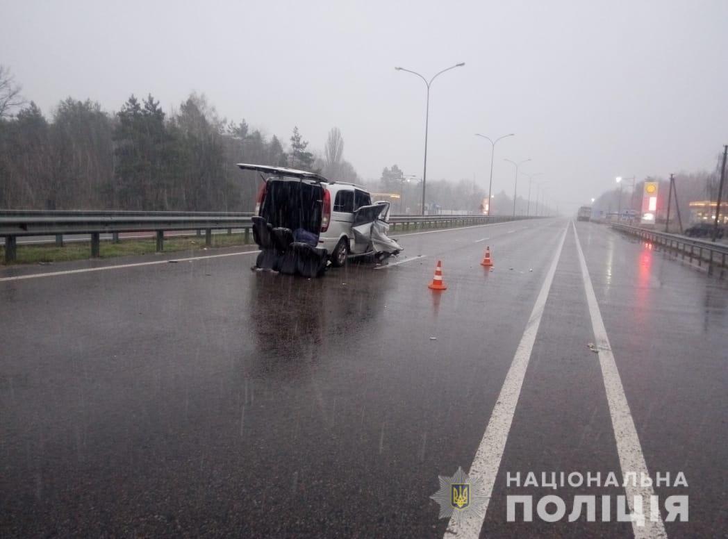 На Київщині в автомобіль, що зупинили поліцейські, врізалася маршрутка: постраждало семеро людей - ДТП - 22 kyevshhyna3