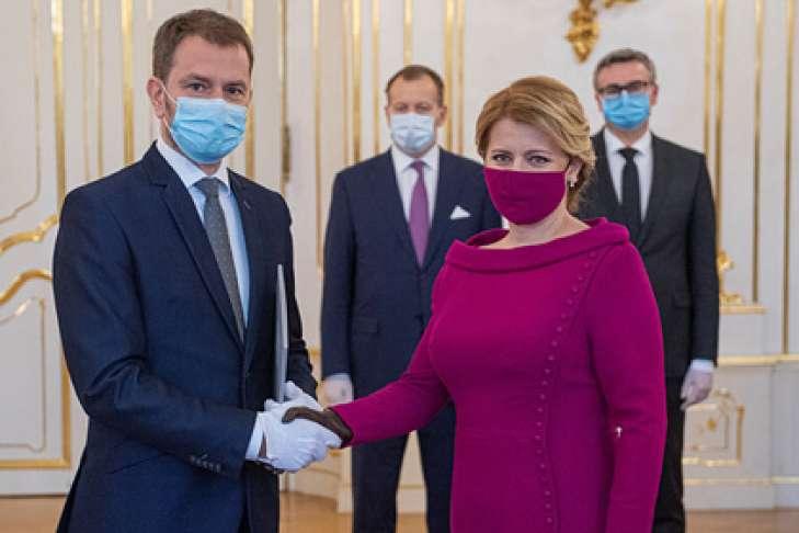 У тренді під час карантину: захисна маска в тон сукні -  - 729 486 5e77918983a43