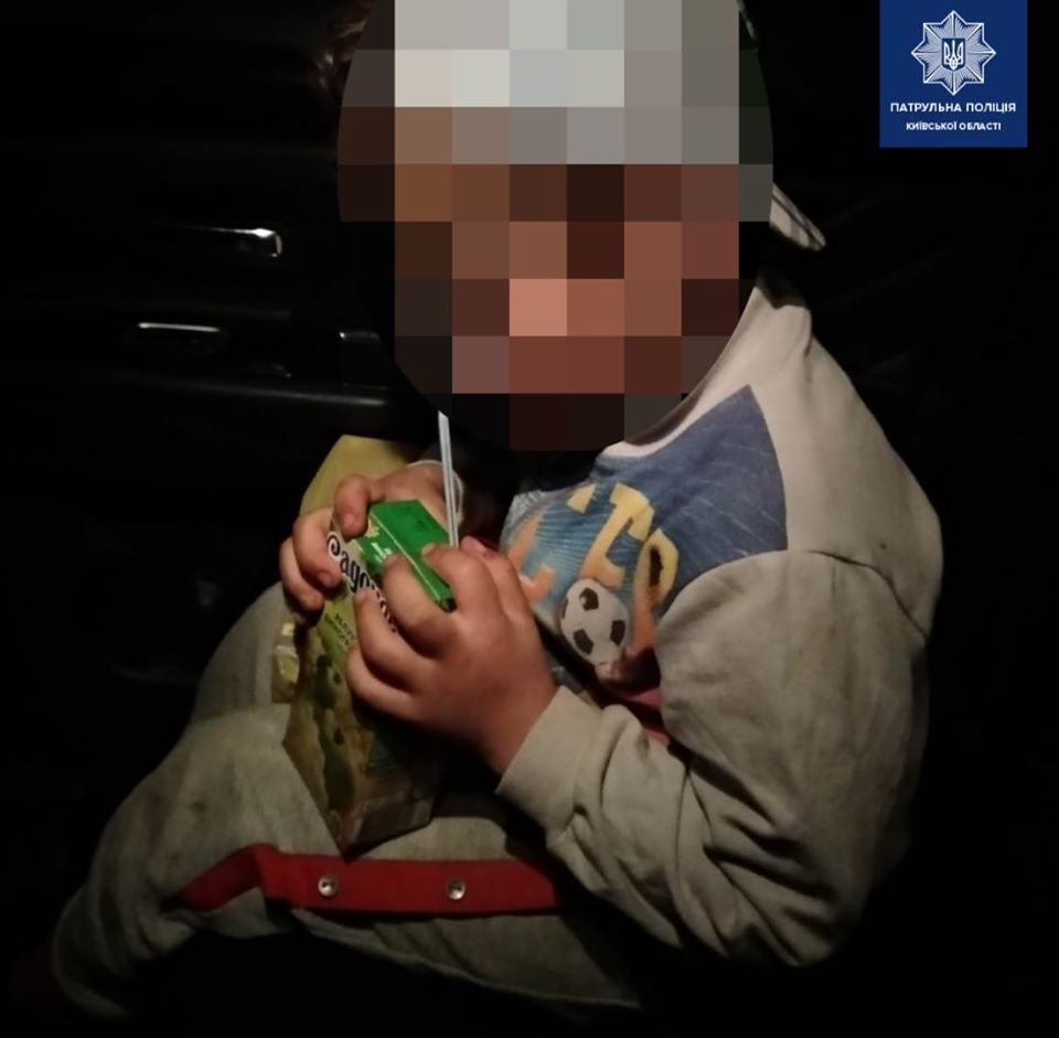 У Борисполі 5-річний роздягнений хлопчик блукав магазином
