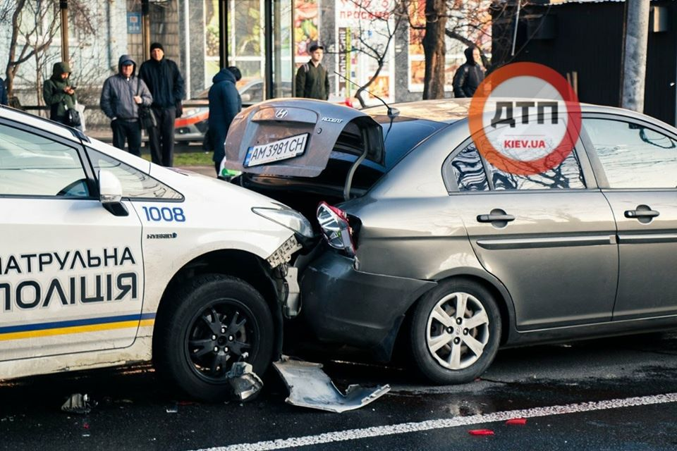 У Києві патрульна Toyota Prius врізалася в автівку, стався конфлікт -  - 89774243 1604656639700223 6138194653297508352 o