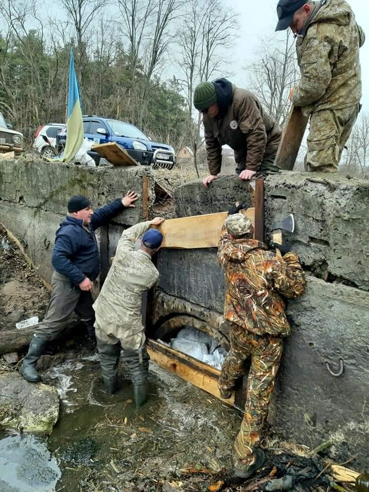 FB_IMG_1583086037242 Ірпінські рибалки очистили озеро від сміття та відремонтували шлюз