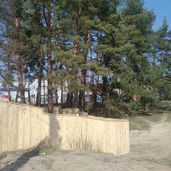 Замість святині - мийка: у Гостомелі депутат з команди Карплюка зніс пам'ятний хрест -  - FB IMG 1585115037938