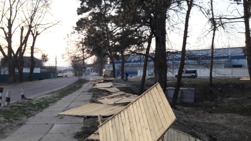 У Гостомелі відновлюють знесений паркан у куточку природи, де хочуть облаштувати автомийку - Приірпіння, Нелюбін, київщина, ірпінь, Ірпінська міська рада, забудова зелених зон, Гостомель, Герої Небесної сотні - Gost Nelyub 7