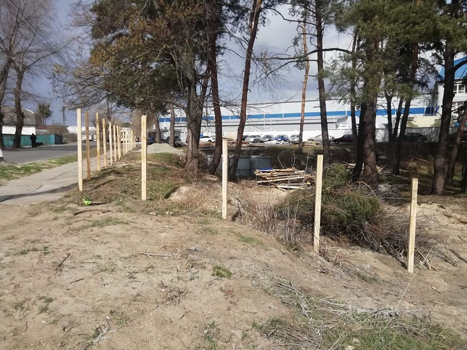 У Гостомелі відновлюють знесений паркан у куточку природи, де хочуть облаштувати автомийку - Приірпіння, Нелюбін, київщина, ірпінь, Ірпінська міська рада, забудова зелених зон, Гостомель, Герої Небесної сотні - Gost parkan vidnov