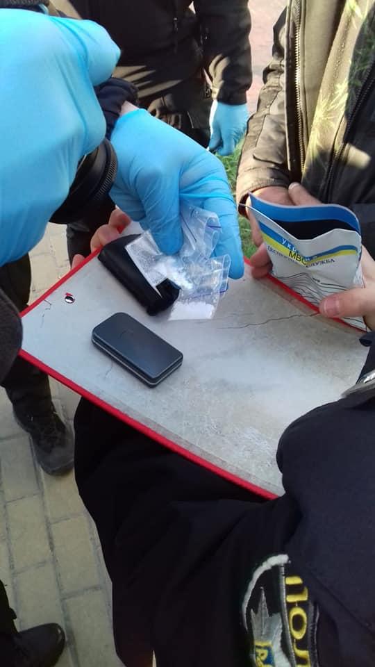 Втікача наздогнали: в Ірпені у чоловіка виявили 4 пакетики з «білою речовиною», шприці та ваги - Приірпіння, поліція Київщини, Наркотичні речовини, кримінал, київщина, ірпінь, Ірпінський відділ поліції, амфетамін - Irp Antonova nar 1