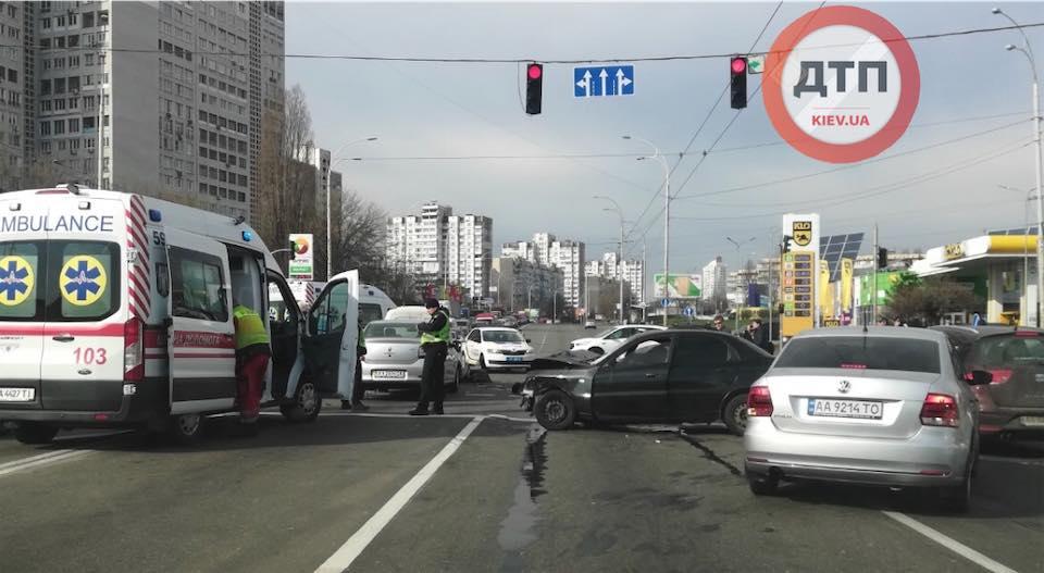 ДТП у Києві на Мінському масиві: постраждали автівки і люди -  - Kul1