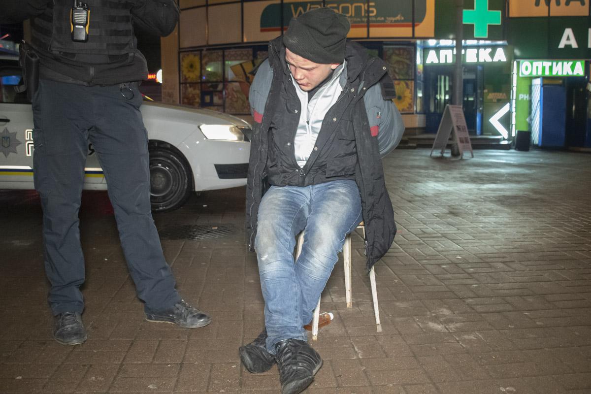 В Києві біля станції метро Лівобережна чоловік кидався на людей із викруткою -  - Otvertka 1 of 6