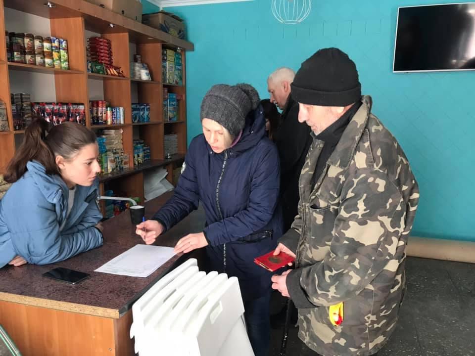 """У Вишгороді стареньким безкоштовно роздавали """"молочку"""" - пенсіонери, київщина, Вишгород - Perlyna2"""