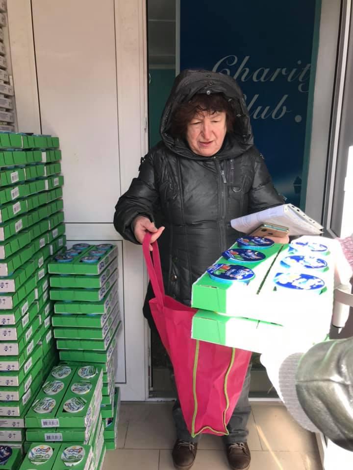 """У Вишгороді стареньким безкоштовно роздавали """"молочку"""" - пенсіонери, київщина, Вишгород - Perlyna4"""