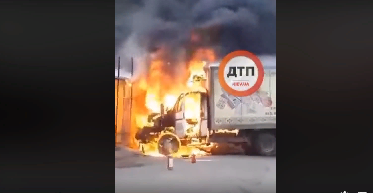 У Києві вогонь із автівки перекинувся на продуктовий ринок (відео) -  - Screenshot 1 5