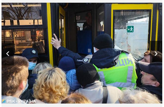 У Києві люди штурмують автобус, а поліція не пускає -  - Screenshot 2 2