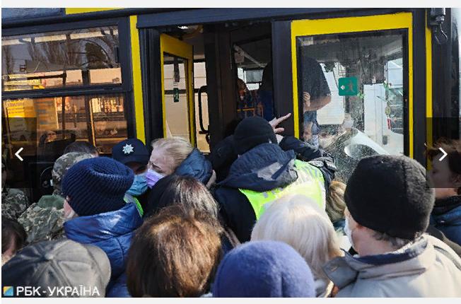 У Києві люди штурмують автобус, а поліція не пускає -  - Screenshot 3 1