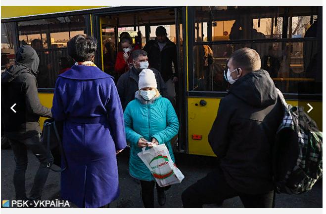 У Києві люди штурмують автобус, а поліція не пускає -  - Screenshot 4 1