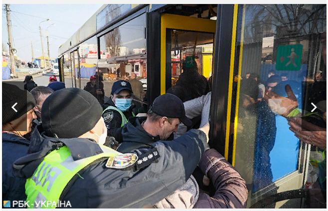 У Києві люди штурмують автобус, а поліція не пускає -  - Screenshot 5 1