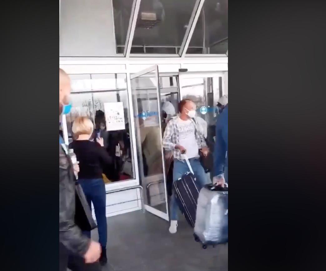 """Аеропорт """"Борсипіль"""": евакуйовані українці влаштували сутичку (відео) - туристи, евакуація - Snymok ekrana 2020 03 29 v 20.07.20"""
