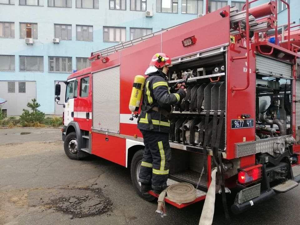 Вантажівка згоріла повністю, легковик пошкоджено: пожежі у Святошинському та Солом'янському районах столиці -  - ekpr