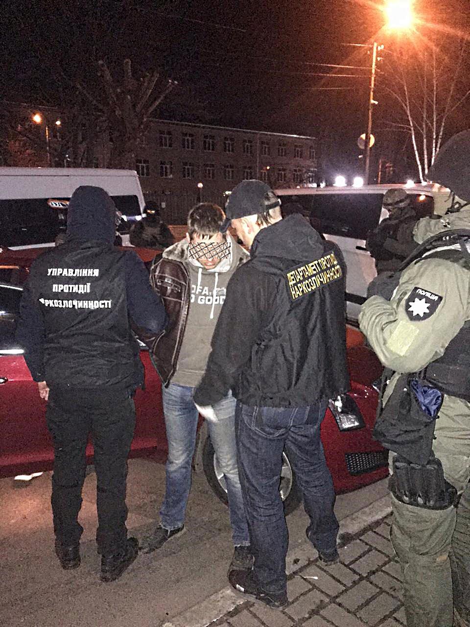 Киянин створив найбільшу в Україні мережу Інтернет-торгівлі наркотиками   (+відео затримання) -  - esgz2acxyaavu f