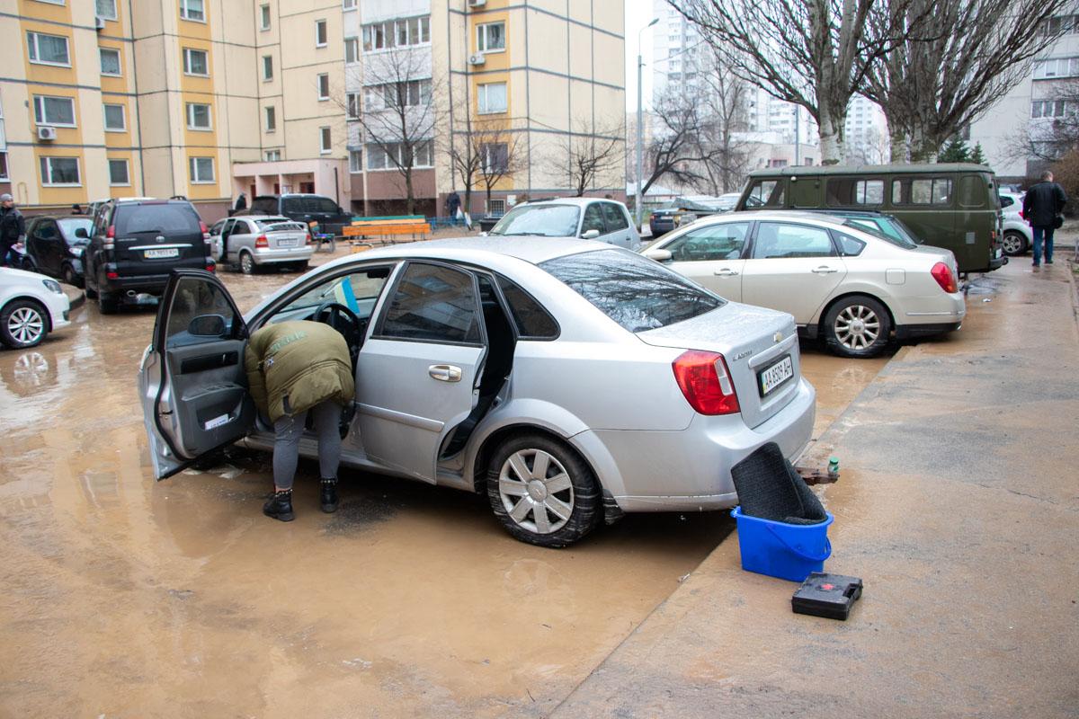 На столичній Солом'янці прорвало трубу: вода затопила підвали, подвір'я та автомобілі -  - foto 3 8