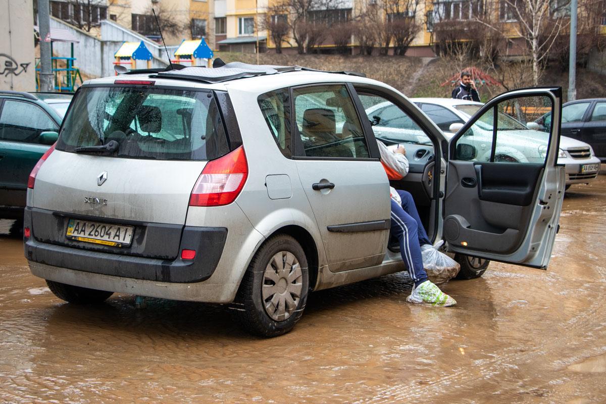 На столичній Солом'янці прорвало трубу: вода затопила підвали, подвір'я та автомобілі -  - foto 6 7