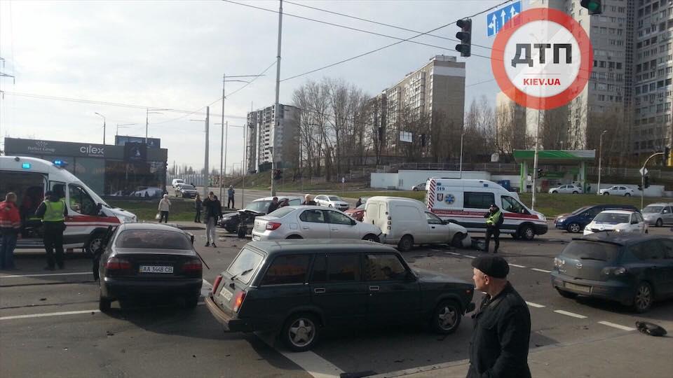 ДТП у Києві на Мінському масиві: постраждали автівки і люди -  - kul2