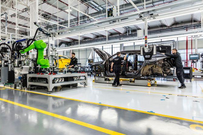Автовиробник Lamborghini призупинив роботу через епідемію коронавірусу - коронавірус, Епідемія - lamborghini plant santagata bolognese 3