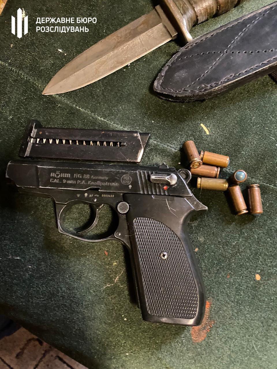 Бориспільщина: у Чорновол при обшуку знайшли вогнепальну та холодну зброю -  - 004 0