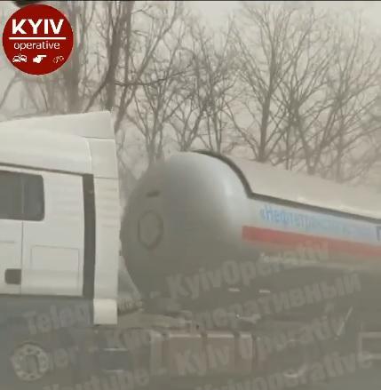 Через «пилову бурю» у Бородянці зіштовхнулися відразу три вантажівки (ВІДЕО) - ДТП, Варшавка, Бородянка - 16 DTP2