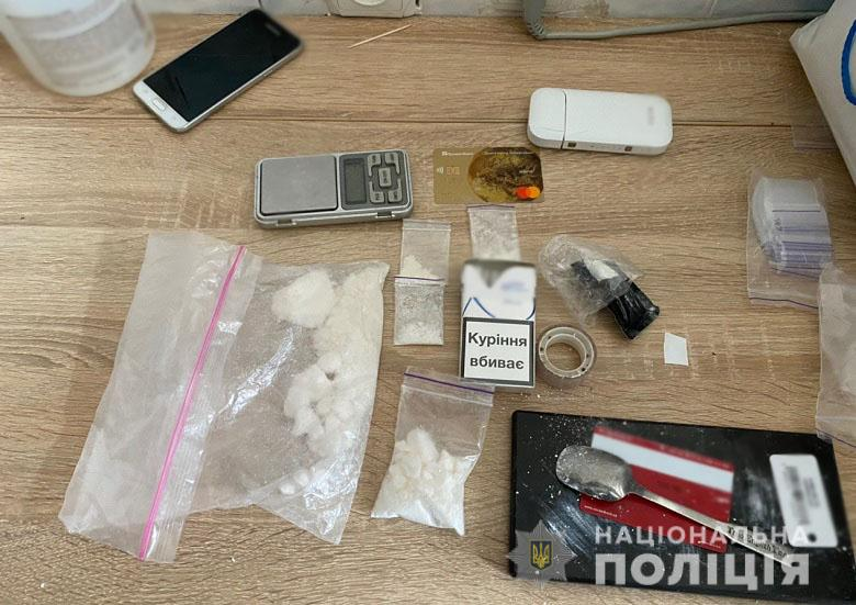 Кокаїн, екстазі, амфетамін та метадон: у Києві затримали групу наркозбувачів -  - 27.04.2020svjatnarkotzbroja4