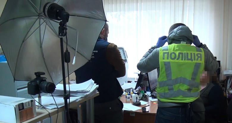 Працівники міграційної служби за хабар робили із іноземців українців -  - 7131 1