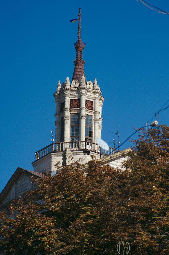 Із історичної будівлі Хрещатика впав шпиль -  - 94884241 681444059363004 2895472247210770432 n