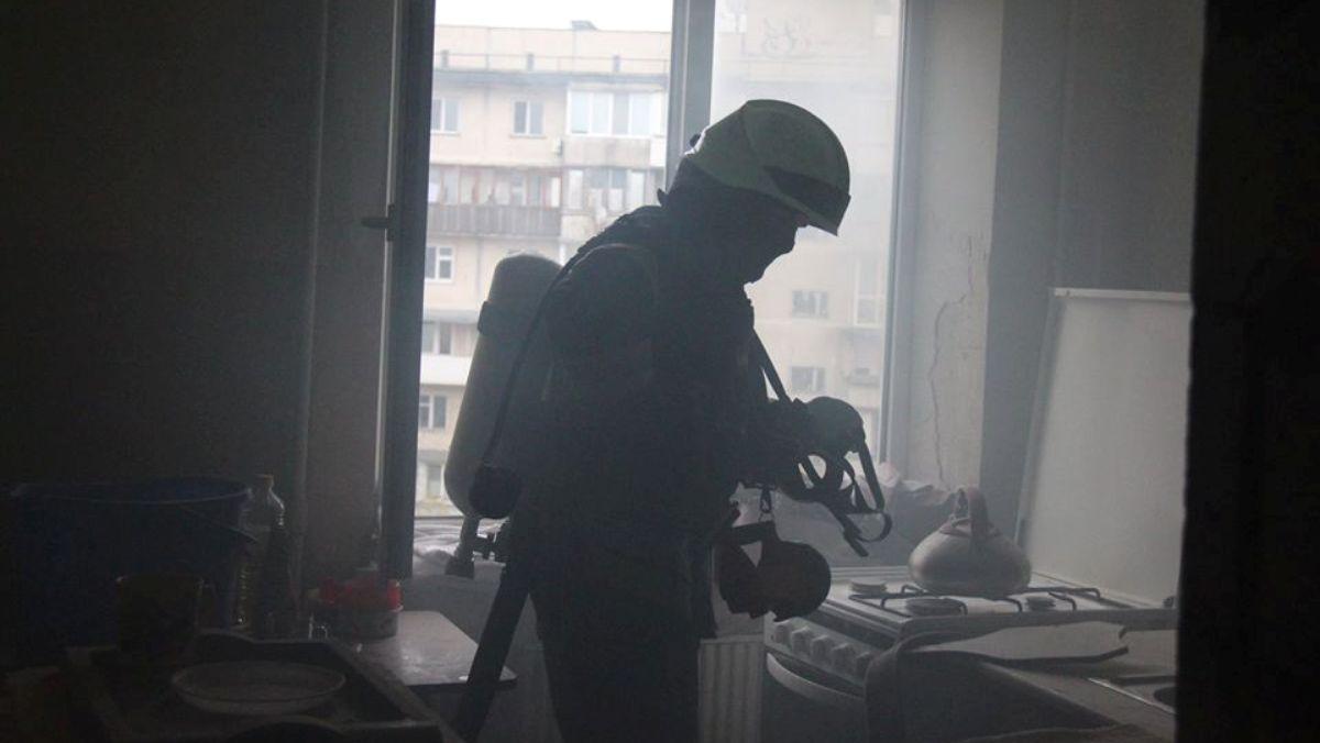 У Києві горіли квартири. Врятовано трьох їхніх мешканців - рятувальники, пожежа, Київ, ДСНС - DSNS2 1