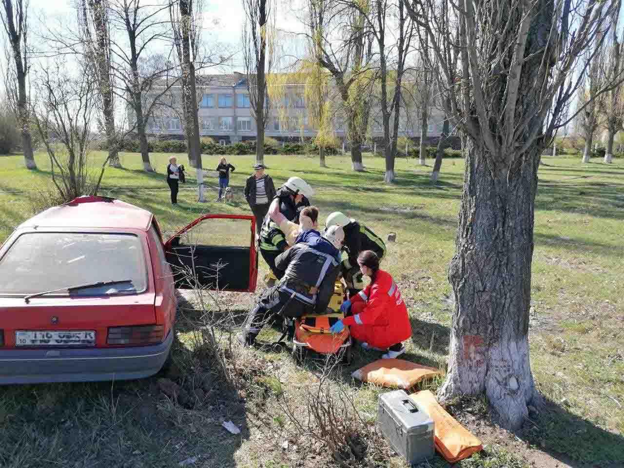 У Володарському районі водій легковика не розминувся із деревом -  - IMG a51f1febadd21bf7a6698eaaf7d67474 V