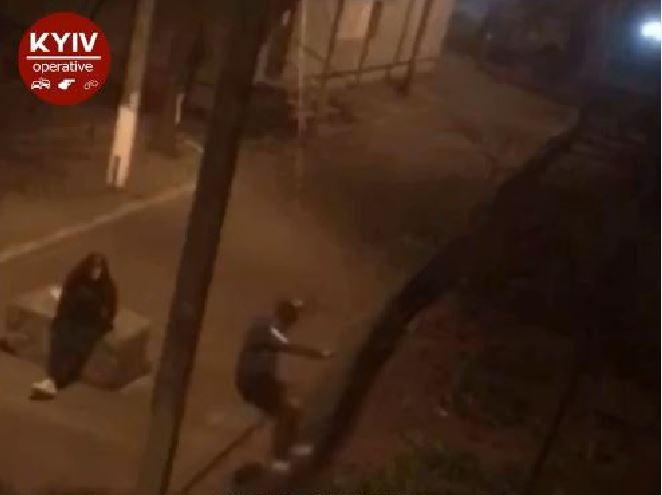 Підлітки ламали паркан у Коцюбинському (відео) - Приірпіння, коцюбинське, київщина, виховання дітей - Koz pidl parkan 0