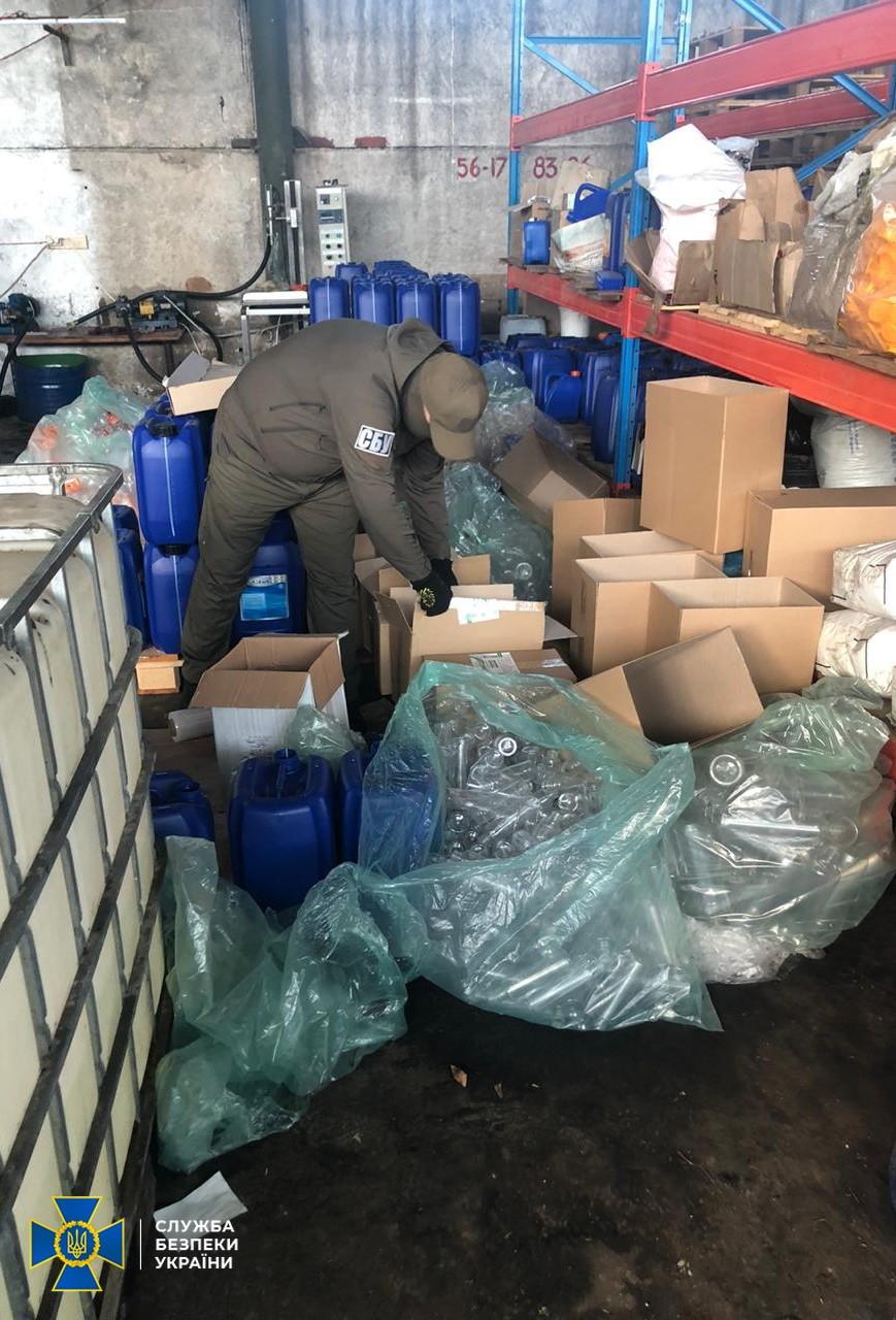 Бізнес на здоров'ї: на Київщині знайшли  виробництво небезпечних антисептиків - СБУ, коронавірус, антисептики - SBU2