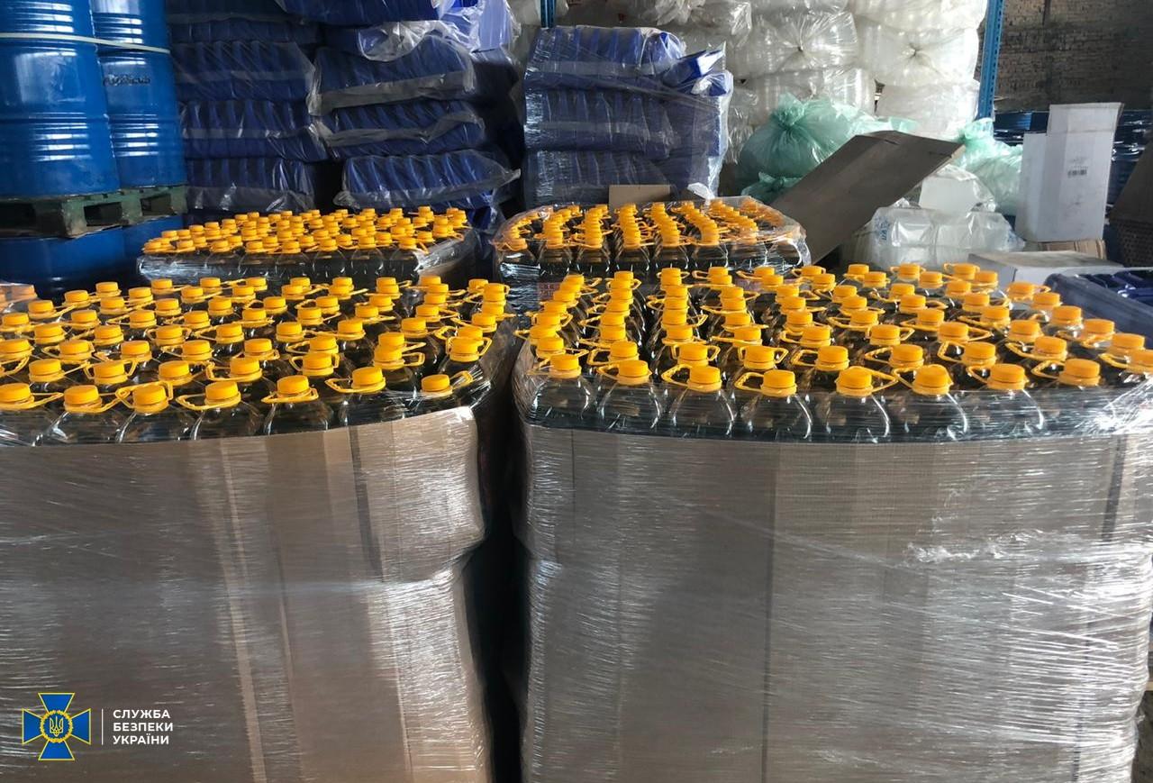 Бізнес на здоров'ї: на Київщині знайшли  виробництво небезпечних антисептиків - СБУ, коронавірус, антисептики - SBU3