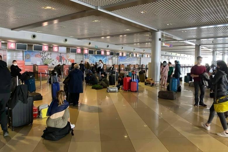 """Іноземці на валізах: авіарейси з """"Борисполя""""до Мілану через Франкфурт заблоковані -  - img top"""