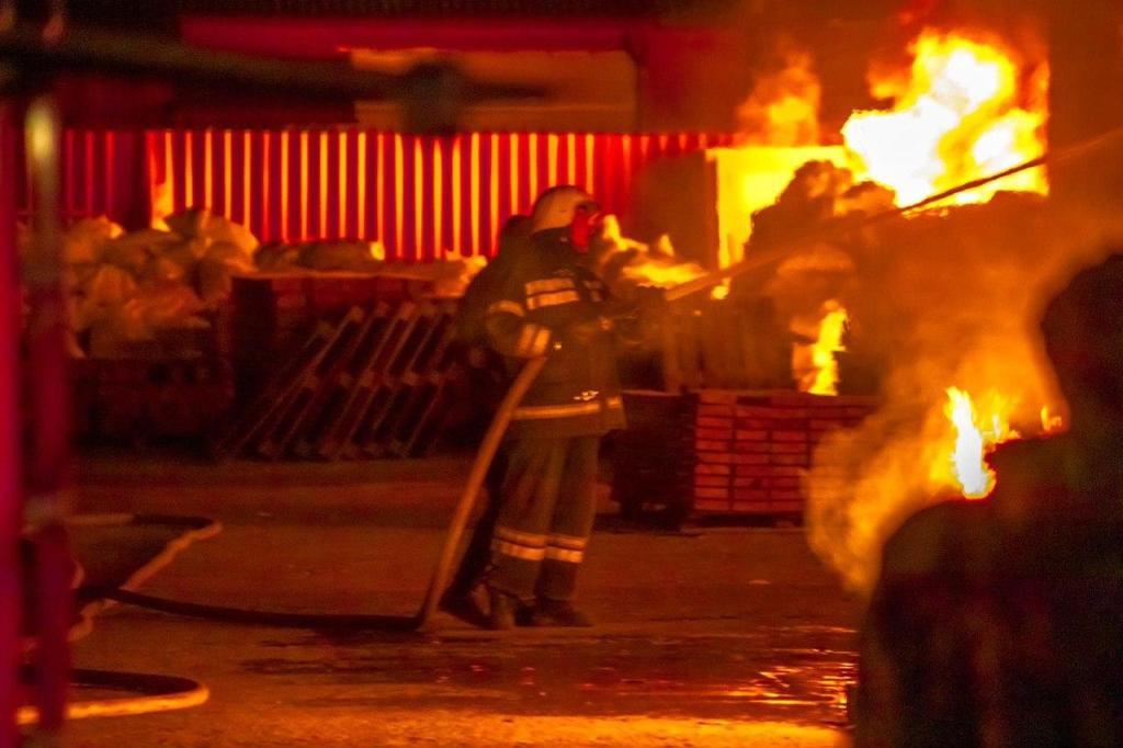 У Борисполі згорів склад металовиробів -  - photo 2020 04 30 09 30 58