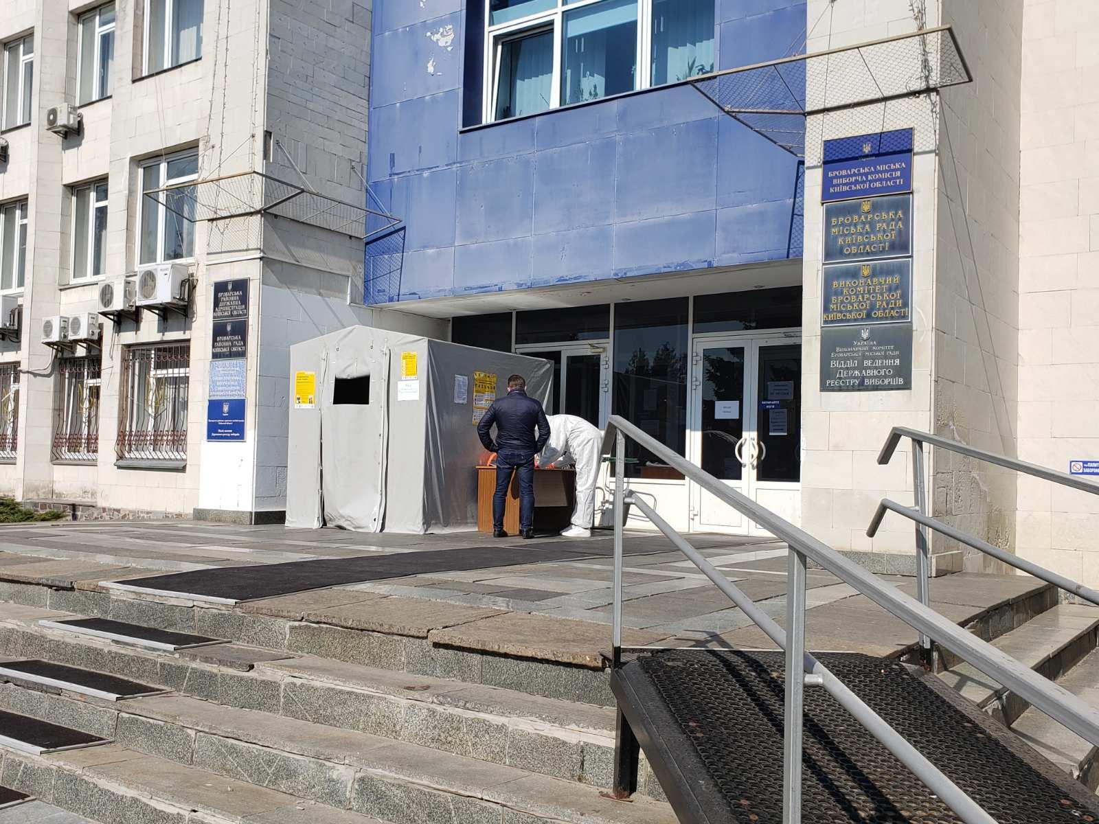 У Броварах на вході до міськради встановили спецпропускники -  - yzobrazhenye viber 2020 04 10 08 42 38