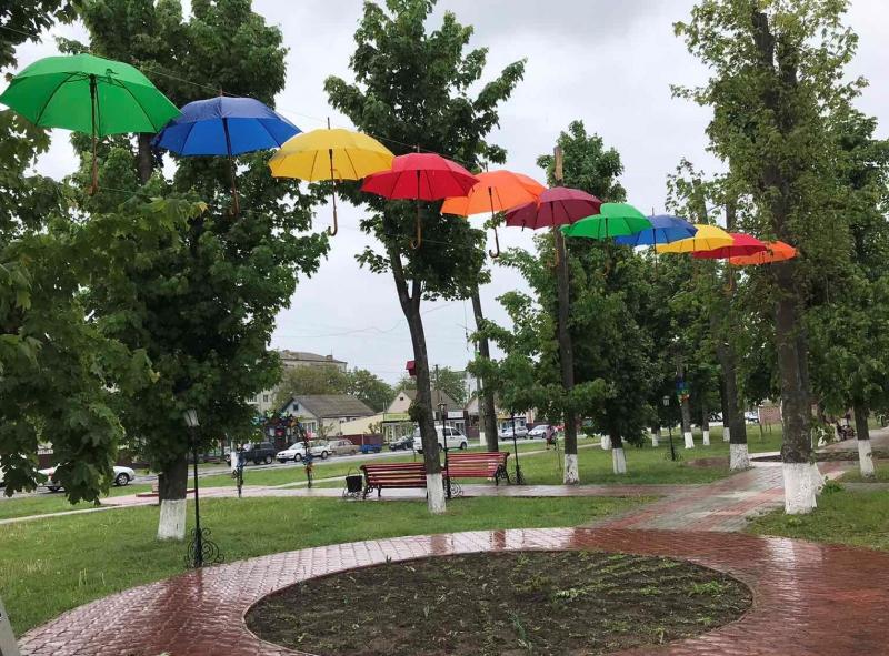 Літаючі парасольки в Яготині: у міській алеї – нова інсталяція - Яготинський район, Яготин, київщина - Yagotyn parasol