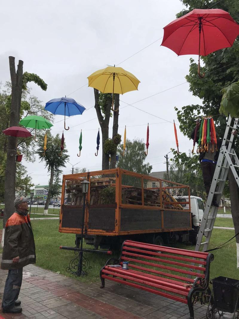Літаючі парасольки в Яготині: у міській алеї – нова інсталяція - Яготинський район, Яготин, київщина - Yagotyn parasol 4