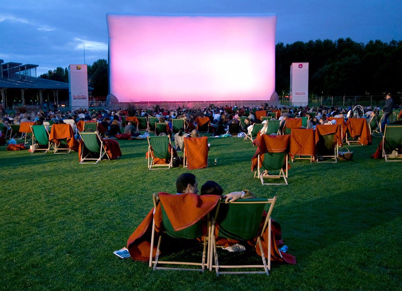 В одному із київських парків відкрили кінотеатр під відкритим небом - кінотеатр, Дарницький район - 08 kyno2