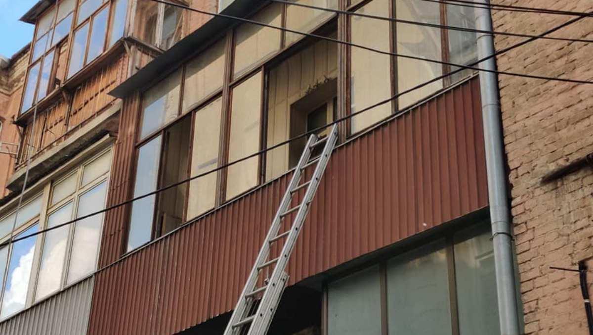 В Києві голий іноземець заважав рятувальникам гасити пожежу (відео 18+) -  - 104232294 4269040933113774 3074757151457151106 n