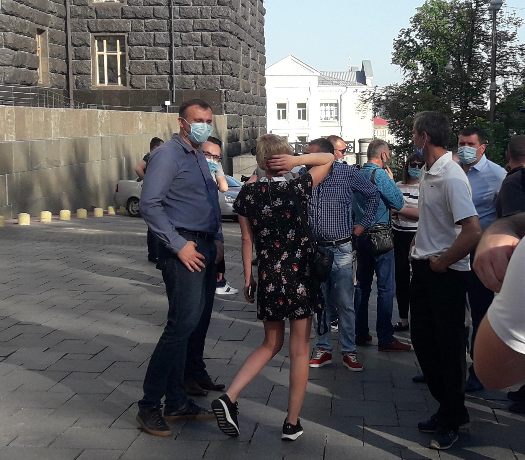 Ірпінські чиновниці Віолетта Кременчук та Оксана Нечитайло у робочий час страйкували під Кабміном - Чиновники, мітинг, ірпінь, ирпень - 20200610 074908 1