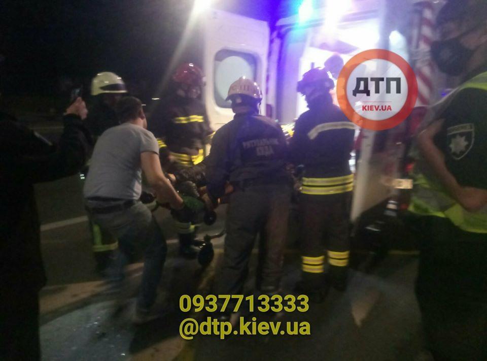 У Києві чоловік впав у відкритий комунікаційний колодязь -  - KOL