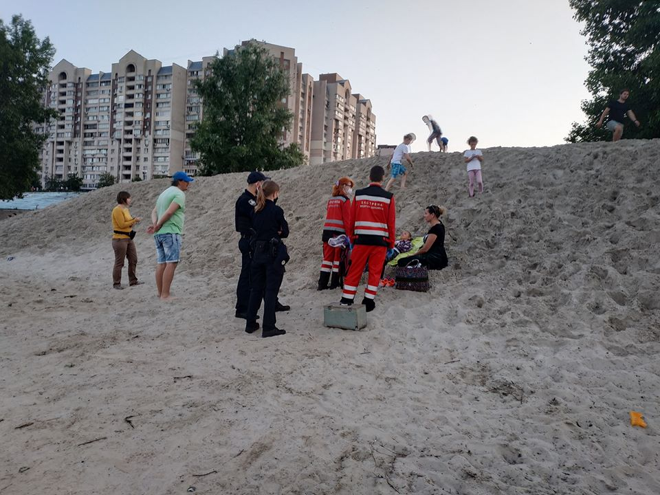 У Києві на Оболонській набережній дитину засипало піском - пісок, надзвичайна ситуація, Київ - Obol1
