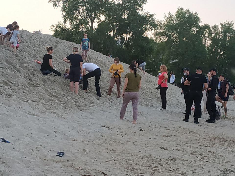 У Києві на Оболонській набережній дитину засипало піском - пісок, надзвичайна ситуація, Київ - Obol2